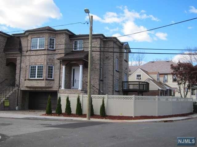 811 Edgewood Ln, Fort Lee, NJ 07024