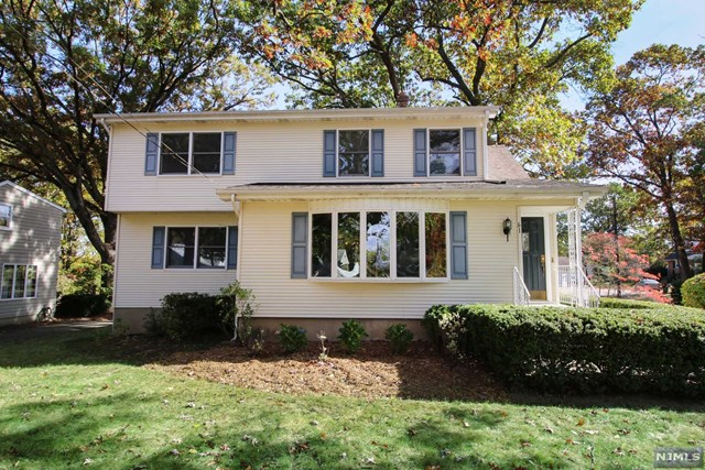 61 Heights Rd, Midland Park, NJ 07432