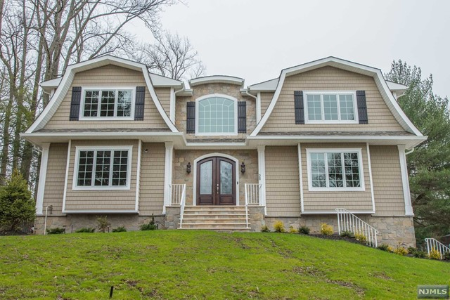 28 Evergreen Dr, North Caldwell, NJ 07006