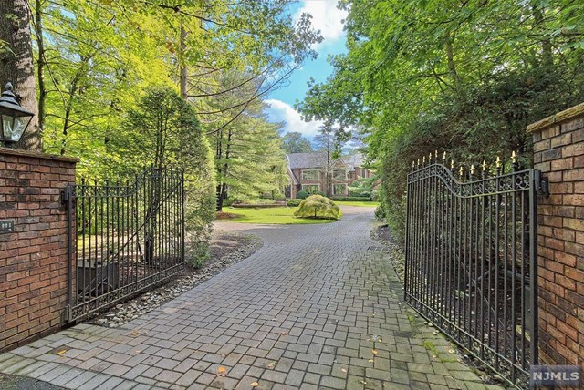 27 Denison Dr, Saddle River, NJ 07458