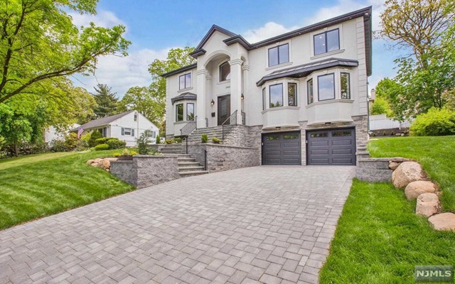 340 Maplewood Dr, Paramus, NJ 07652