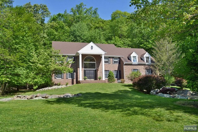 83 Bridle Path Ln, Mahwah, NJ 07430