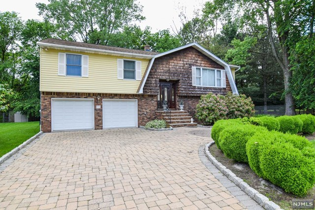 31 Bluebell Ct, Paramus, NJ 07652