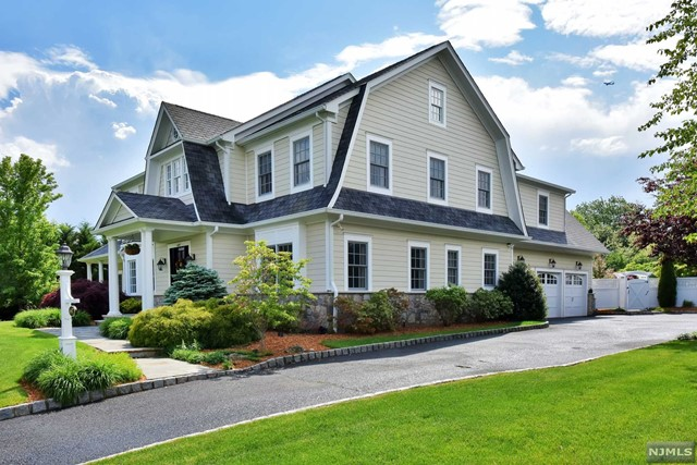 697 Charnwood Dr, Wyckoff, NJ 07481