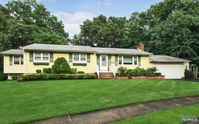7 Meadow Ct, Midland Park, NJ 07432