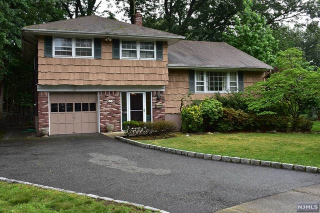 10 Maryann Ct, Paramus, NJ 07652
