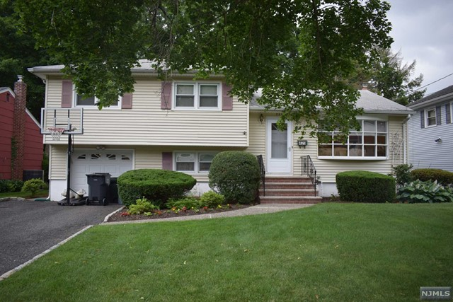 425 Wildrose Ave, Bergenfield, NJ 07621