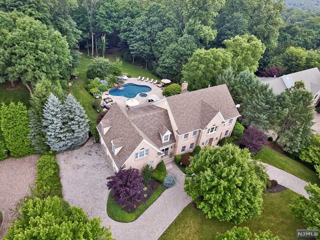 11 Degraaf Ct, Mahwah, NJ 07430