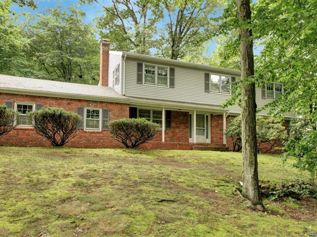 26 Deerfield Ter, Mahwah, NJ 07430