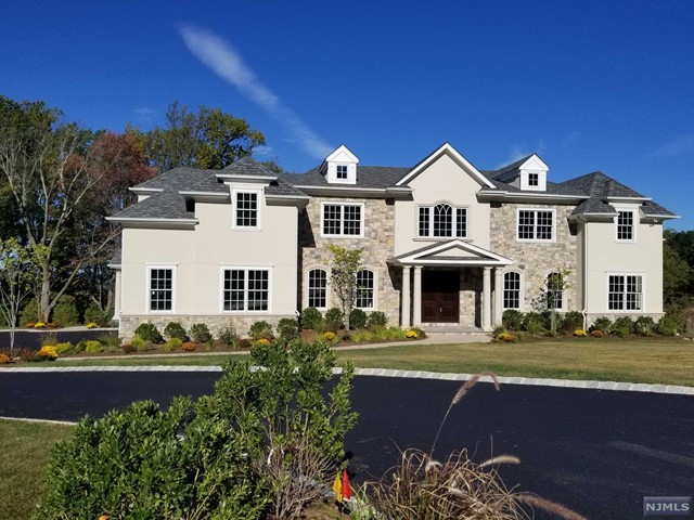 1 Falcon Point Dr, North Caldwell, NJ 07006