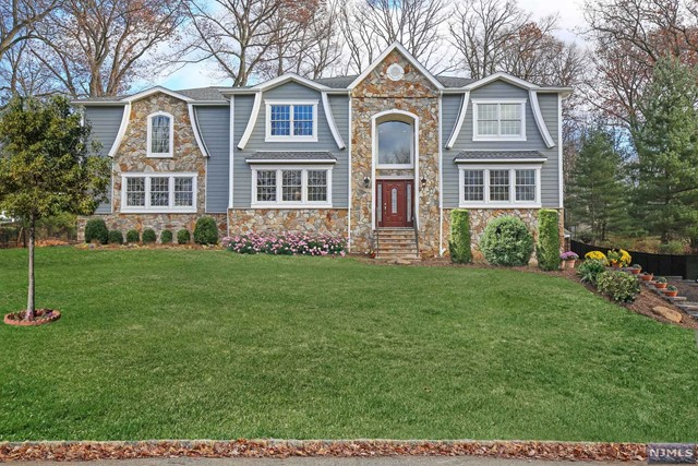 24 Willow Brook Dr, North Caldwell, NJ 07006