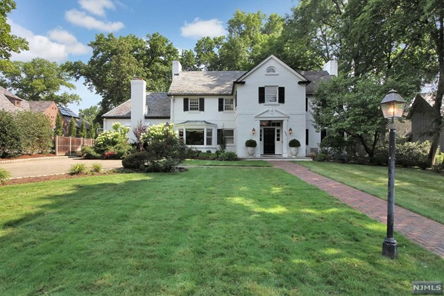 Single Family Home for Sale at 483 Winthrop Road 483 Winthrop Road Teaneck, New Jersey 07666 United States