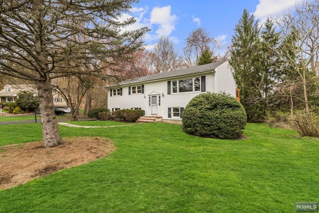 332 Forest Glen Ave - Franklin Lakes, New Jersey