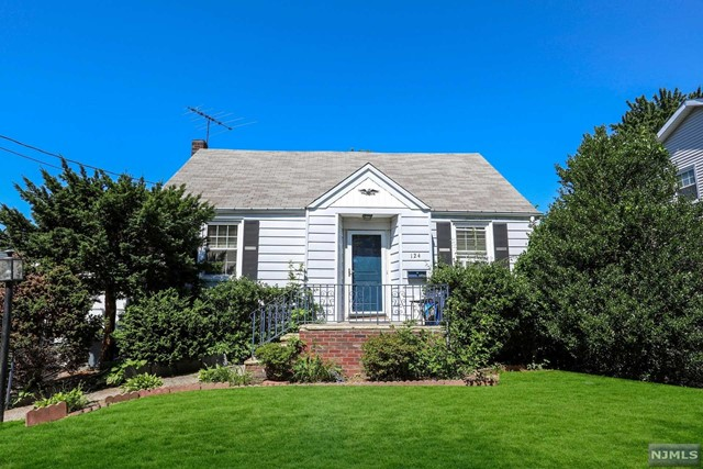Single Family Home for Sale at 124 Hazley Avenue 124 Hazley Avenue Rochelle Park, New Jersey 07662 United States