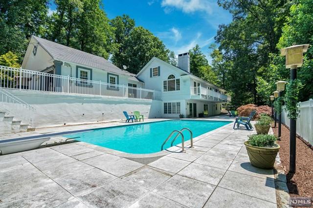 Single Family Home for Sale at 14 Arrowhead Lane 14 Arrowhead Lane Saddle River, New Jersey 07458 United States