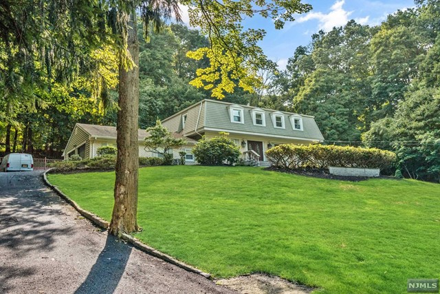 695 Cheyenne Dr - Franklin Lakes, New Jersey