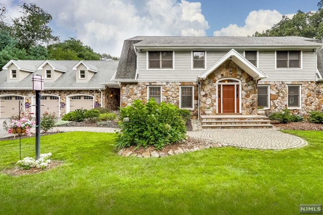 Single Family Home for Sale at 20 Sherwood Lane 20 Sherwood Lane Wyckoff, New Jersey 07481 United States