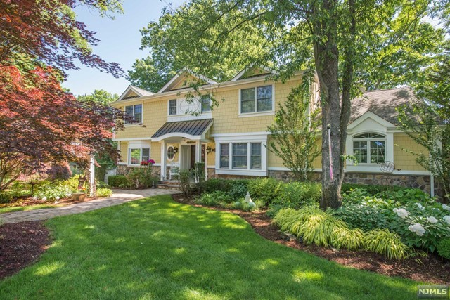 Single Family Home for Sale at 1066 West Pines Lake Drive 1066 West Pines Lake Drive Wayne, New Jersey 07470 United States