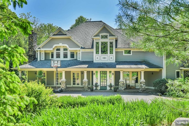 Single Family Home for Sale at 424 West Saddle River Road 424 West Saddle River Road Upper Saddle River, New Jersey 07458 United States