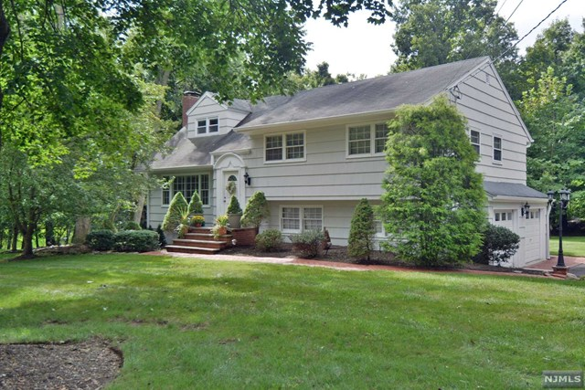 Single Family Home for Sale at 38 Stone Ledge Road 38 Stone Ledge Road Upper Saddle River, New Jersey 07458 United States