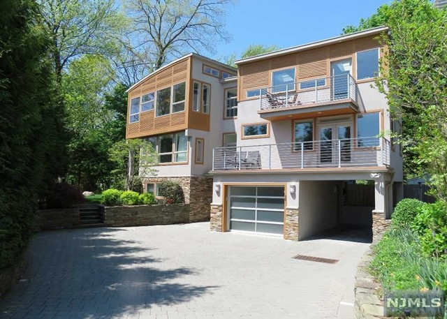 Single Family Home for Sale at 30 Colony Road 30 Colony Road Edgewater, New Jersey 07020 United States