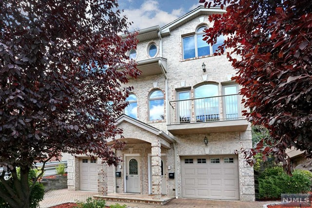 Villas / Townhouses for Sale at 190 Undercliff Avenue 190 Undercliff Avenue Edgewater, New Jersey 07020 United States