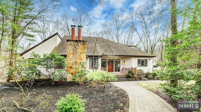 Single Family Home for Sale at 300 Iroquois Lane 300 Iroquois Lane Franklin Lakes, New Jersey 07417 United States