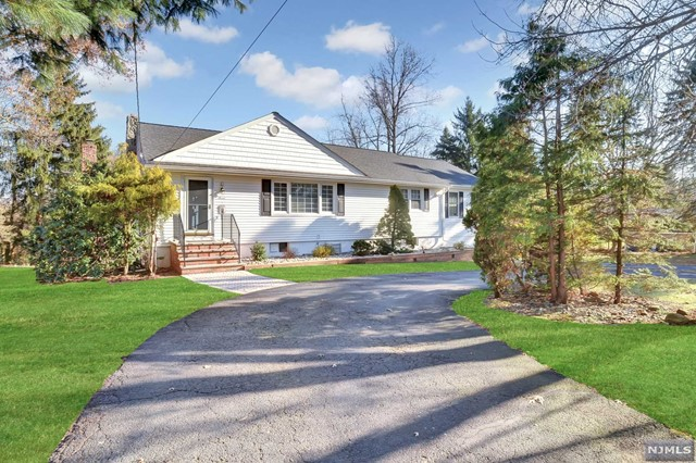 Single Family Home for Sale at 7 Reid Court 7 Reid Court Mahwah, New Jersey 07430 United States