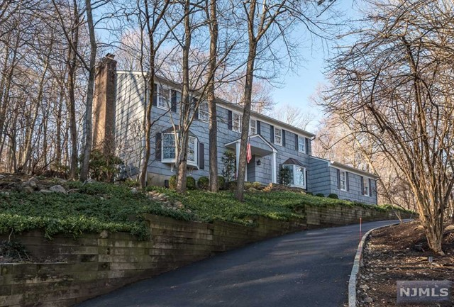 Single Family Home for Sale at 663 Cheyenne Drive 663 Cheyenne Drive Franklin Lakes, New Jersey 07417 United States