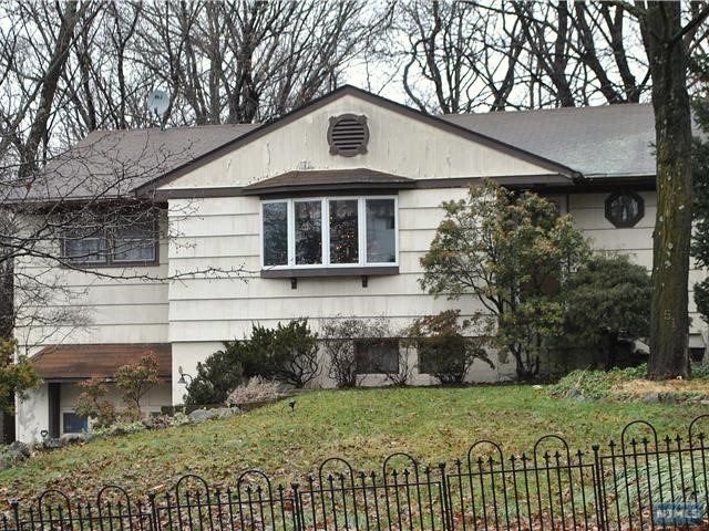 Single Family Home for Sale at 51 Yawpo Avenue 51 Yawpo Avenue Oakland, New Jersey 07436 United States