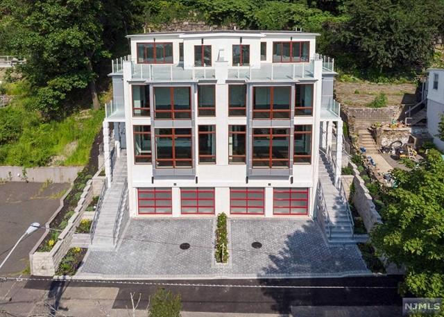 Single Family Home for Sale at 16 Oakdene Terrace 16 Oakdene Terrace Edgewater, New Jersey 07020 United States