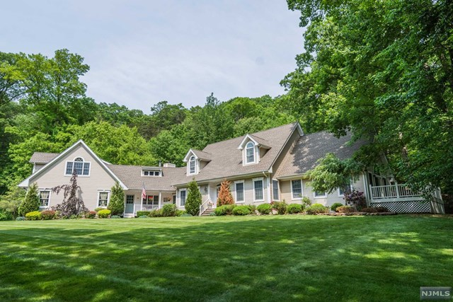 Single Family Home for Sale at 60 Ponderosa Place 60 Ponderosa Place West Milford, New Jersey 07421 United States