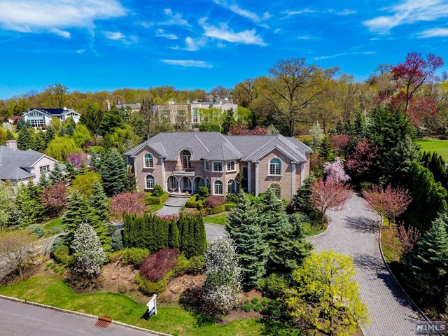 Single Family Home for Sale at 110 Hoover Drive 110 Hoover Drive Cresskill, New Jersey 07626 United States