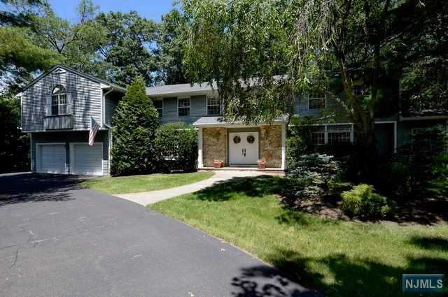 Single Family Home for Sale at 32 Brandywine Place 32 Brandywine Place Oakland, New Jersey 07436 United States