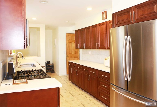 Single Family Home for Sale at 933 Maple Avenue 933 Maple Avenue Ridgefield, New Jersey 07657 United States
