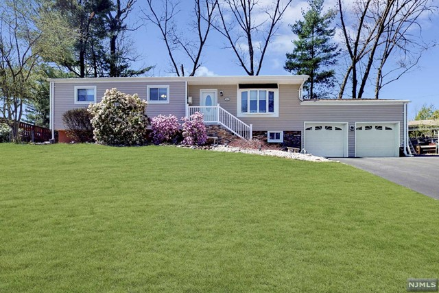 Single Family Home for Sale at 633 Woodland Avenue 633 Woodland Avenue Northvale, New Jersey 07647 United States