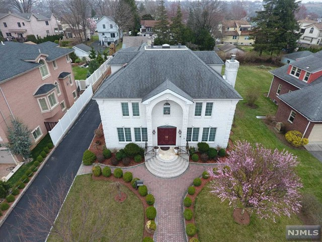 Single Family Home for Sale at 560 Prospect Avenue 560 Prospect Avenue Ridgefield, New Jersey 07657 United States