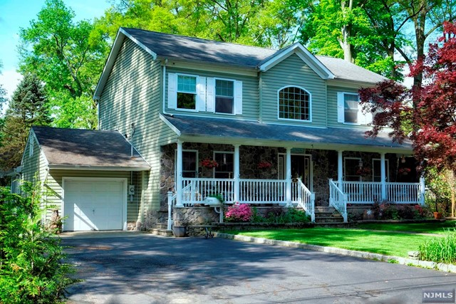 Single Family Home for Sale at 86 Oakhill Road Midland Park, New Jersey 07432 United States